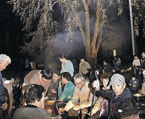 夜桜を楽しむ参加者=加賀市山中温泉荒谷町