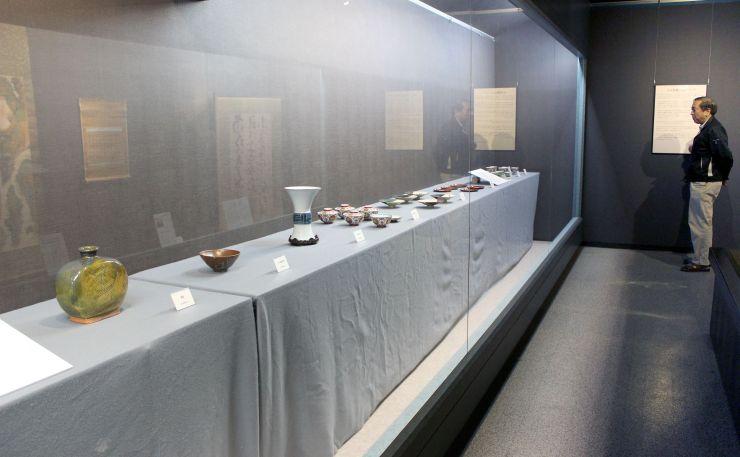 北大路魯山人の作品を並べ、新装オープンを待つ展示蔵「三の蔵」=新潟市秋葉区の中野邸記念館