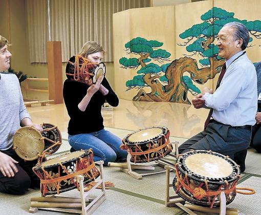 能楽器の奏法を同時通訳で教わる外国人観光客=金沢能楽美術館