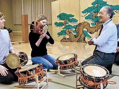 能楽器体験、英語で 金沢能楽美術館、ボランティア通訳