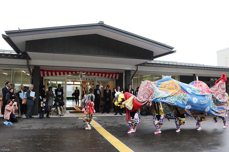 完成し、20日にオープンする砺波市健康福祉施設「ゆずの郷 やまぶき」=同市庄川町庄