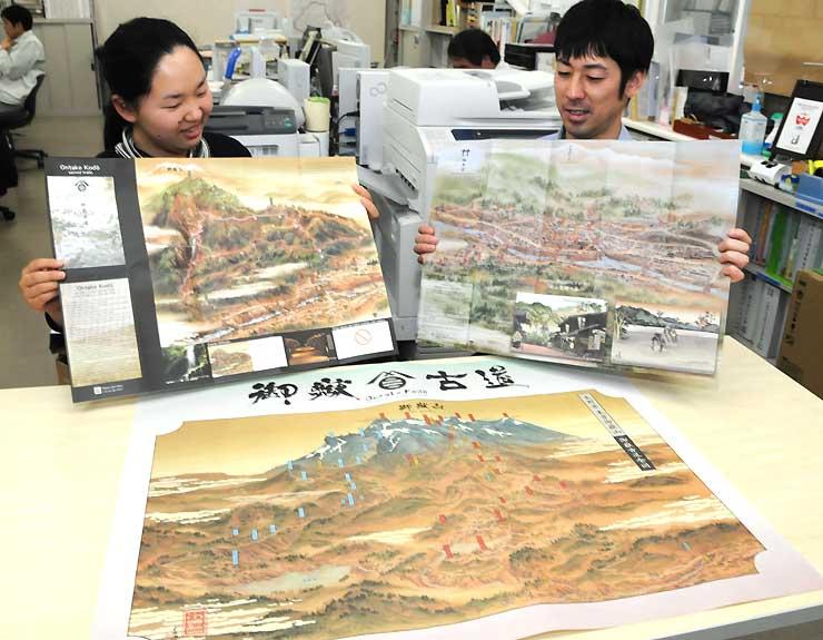 完成した御嶽古道のポスター(手前)や旧福島宿などの地図