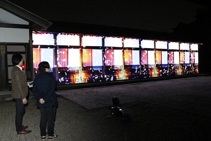 瑞龍寺の回廊に投影された映像を確認する関係者=高岡市関本町