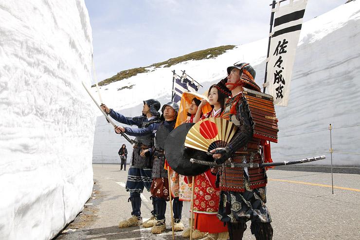 立山・室堂の雪の大谷で繰り広げる「佐々成政武者行列」のイメージ