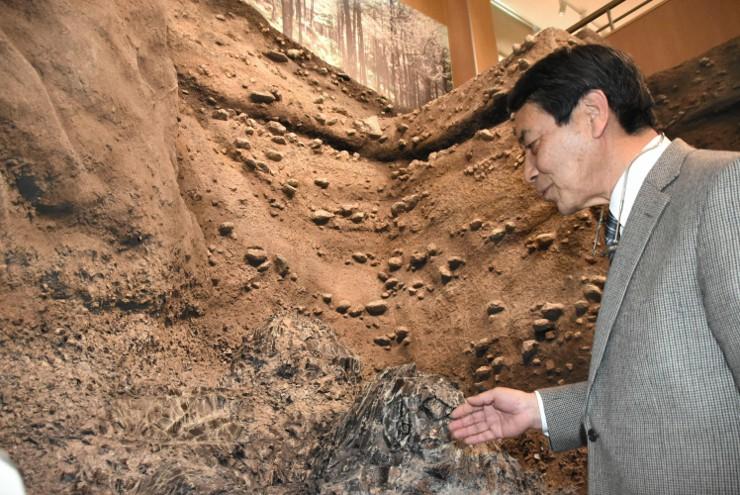 星ケ塔遺跡の黒曜石採掘坑を紹介するジオラマ