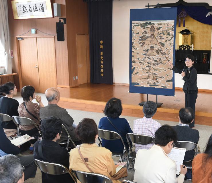 善光寺の歴史や信仰の物語を解説した「絵解き」=22日、長野市の善光寺