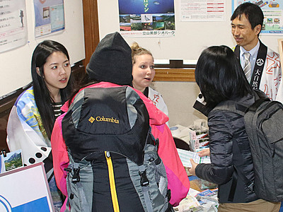 国際交流員が外国人観光客案内 立山駅に臨時窓口