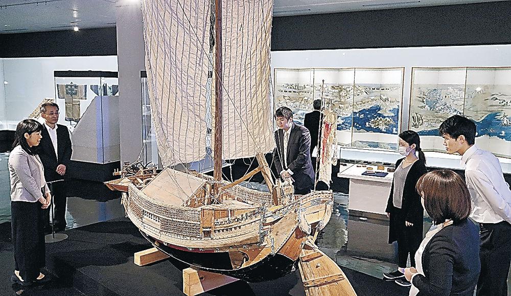 北前船の模型に見入る来館者=県立歴史博物館