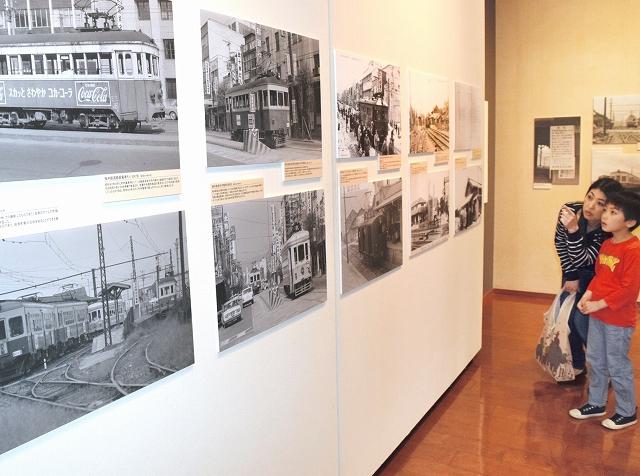 大正時代から昭和、平成の鉄道写真などが並ぶ企画展「福井の私鉄」=22日、福井市の県立歴史博物館