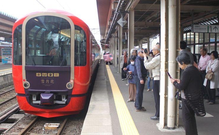 団体客を乗せて直江津駅に到着したトキめき鉄道のリゾート列車「雪月花」=19日、上越市