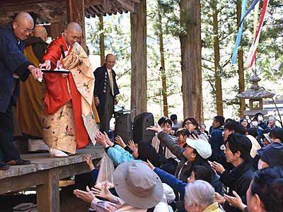 「知恵の団子」求め、にぎわい 鹿教湯温泉の天竜寺で春祭り