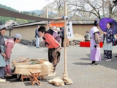戦国城下町へ時間旅行 朝倉氏遺跡で催し、武士や行商人行き交う