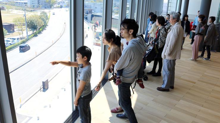 3階からの眺望を楽しむ親子連れら=23日、富山市木場町の富山県美術館