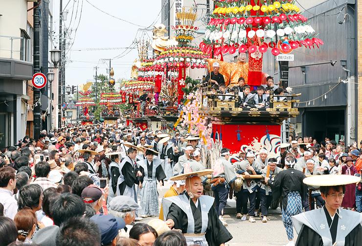 高岡御車山祭で行われる山車の巡行。ことしはアプリで現在位置を確認できる=2016年5月1日、高岡市内