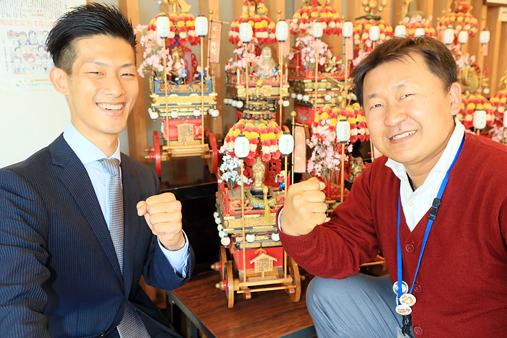 博労町の曳山のミニチュアを前に張り切る柴部さん(右)と元井さん