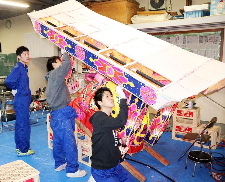 行燈の制作に取り組む横町の若衆ら=横町会館