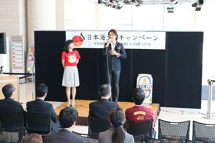 歌手の文太郎さんも登場した日本海夕日キャンペーンの事業発表会=25日、新潟市中央区