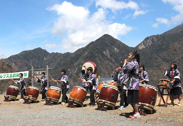 歌宿で太鼓演奏を披露する長谷中の生徒たち