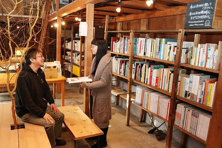土蔵にベンチやテーブルを並べて開設した「大人の図書室・自習室」