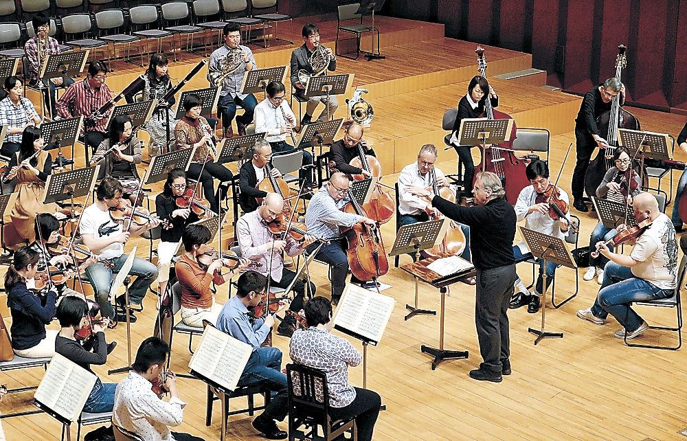 公開リハーサルで音を合わせるOEKのメンバーとスダーンさん=金沢市の石川県立音楽堂