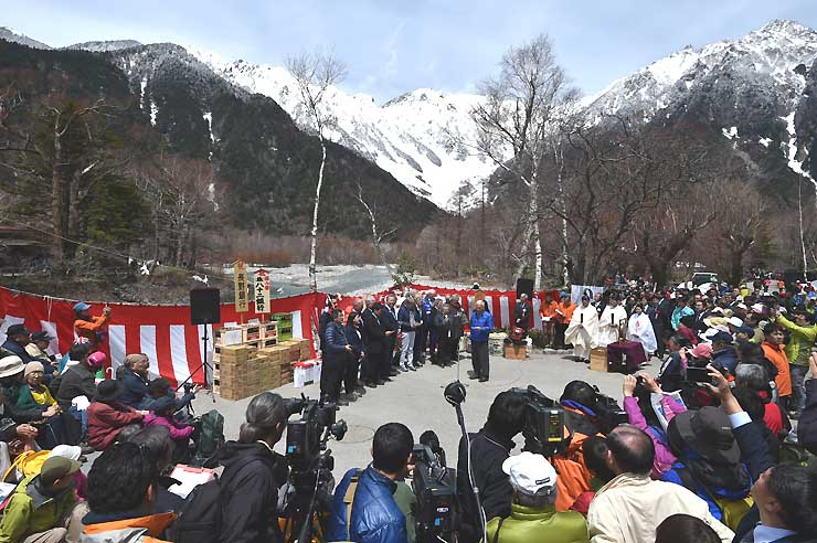 グリンデルワルト村訪問団(中央)のヨーデルが響いた上高地開山祭=27日、松本市安曇