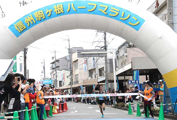 昨年9月の「信州駒ケ根ハーフマラソン」でゴールする選手