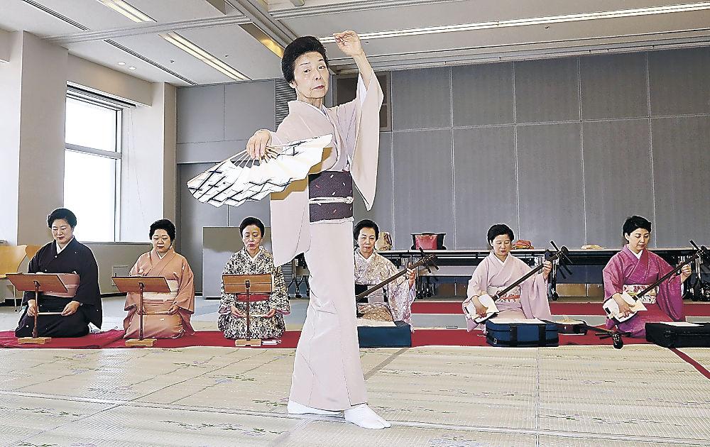 奏風楽の演奏に合わせ、踊りを仕上げる出演者=北國新聞20階ホール