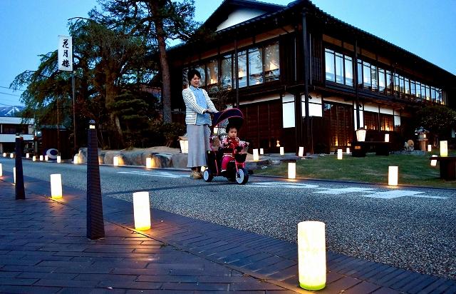 ほのかな灯りで彩られた花月楼(奥)一帯=28日夜、福井県勝山市本町2丁目