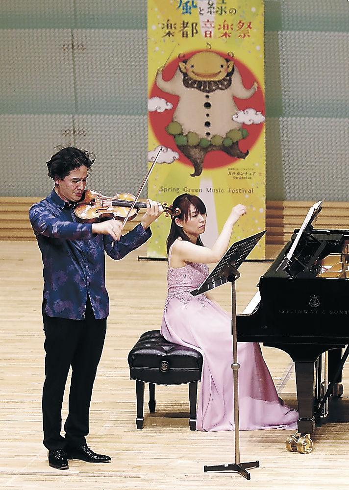楽都音楽祭のガラコンサートで開幕を彩る演奏を披露する出演者=北國新聞赤羽ホール