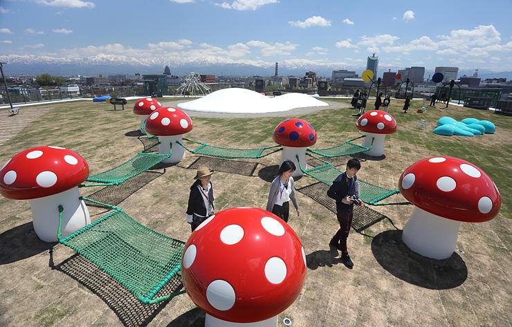 メディア向け内覧会で公開された「オノマトペの屋上」=富山市木場町の富山県美術館