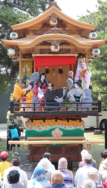 曳山の舞台の上で勢ぞろいした児童たち=砺波市中央町