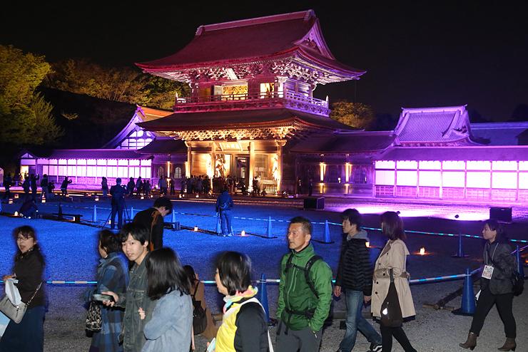 大勢の参拝者が訪れる中、ライトアップされた山門=瑞龍寺