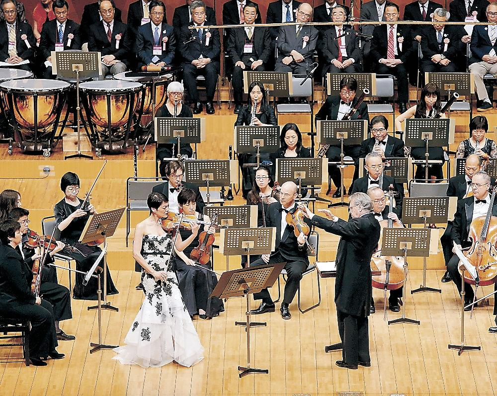 オープニングコンサートで開幕を祝う演奏を披露する出演者=石川県立音楽堂