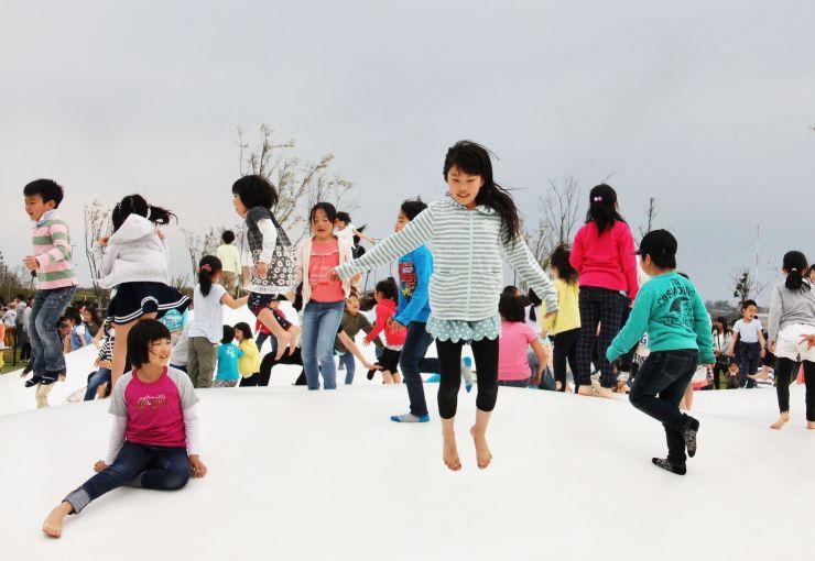 一部オープンした「きらら西公園」の遊具で遊ぶ子どもたち=29日、新潟市西区