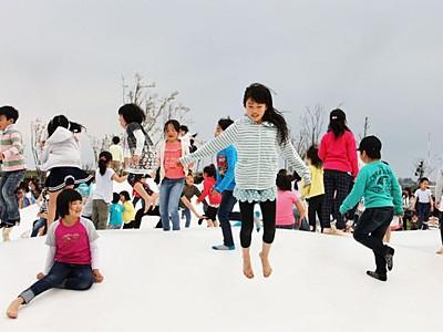 でっかい遊具に歓声 「きらら西公園」一部オープン 新潟