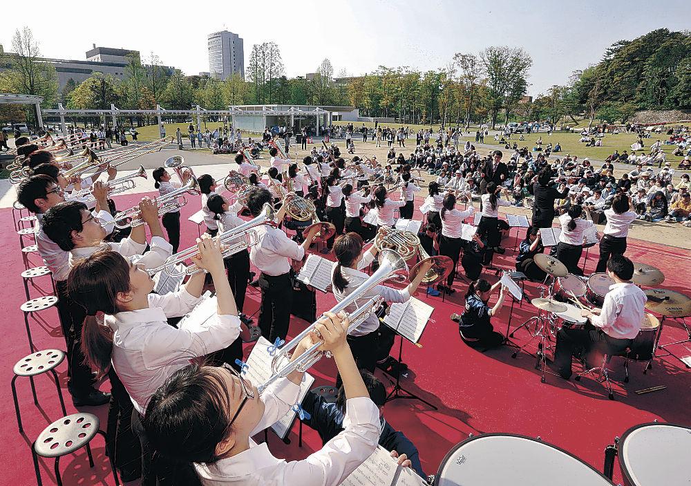 「吹奏楽の祭典」で息の合った演奏を繰り広げる出演者=金沢市のしいのき迎賓館