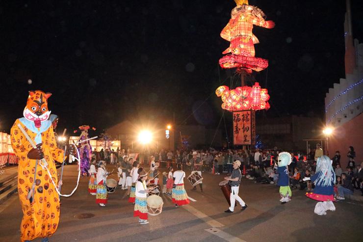 「文久の大行燈」をバックに、ワールドミュージックの演奏が繰り広げられた福野夜高祭前夜祭=JR福野駅前