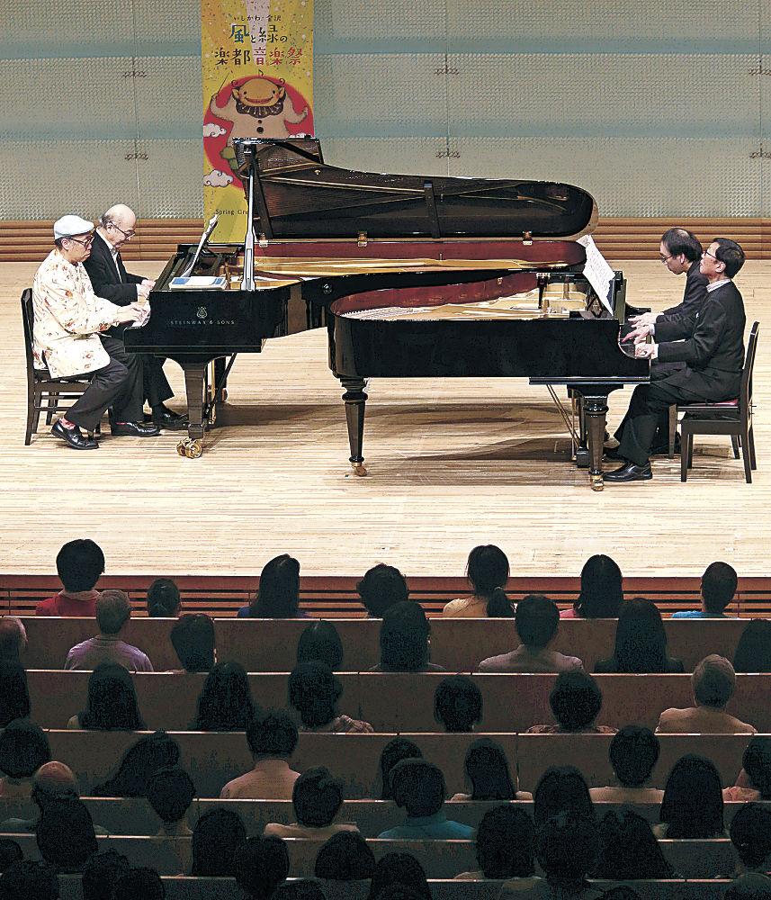 アレンジを加えたトルコ行進曲を披露する池辺さん(左奥)、青島さん(同手前)、新実さん(右手前)、新垣さん=北國新聞赤羽ホール