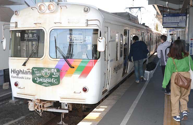 松本駅に停車中のアルピコ交通上高地線の列車。2016年度の利用者は15年度比で1・3%増えた