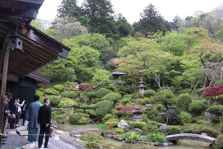 庭園を巡る観光関係者ら=1日、村上市羽黒町