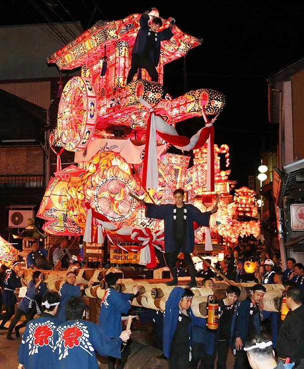 色鮮やかな大行燈を勇壮に練り回した福野夜高祭=南砺市の福野神明社前