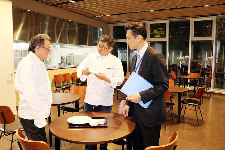 レストランのオープンに向けて打ち合わせする参加店主と並木学科長(右)=富山調理製菓専門学校