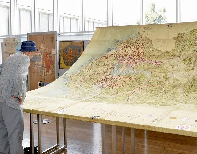 原寸大で複製された絵図が並ぶ大絵図展=福井市の福井県立図書館