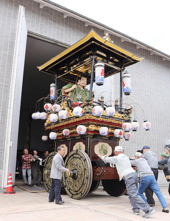 西上町の曳山「竹田山」を運び出す住民ら=城端曳山会館