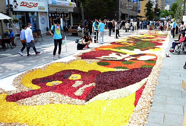 花びらなどを敷き詰めて天狗などを表現した「花キャンバス」=長野市
