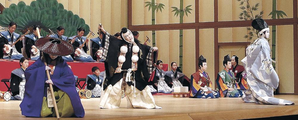 勧進帳を熱演する小松市の子供役者=同市の県こまつ芸術劇場うらら