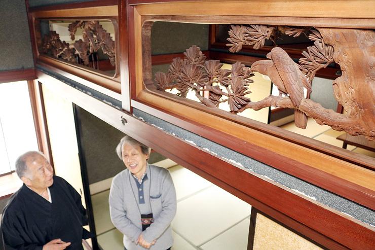 見つかった欄間を眺める南部さん(右)と吉澤住職=浄光寺