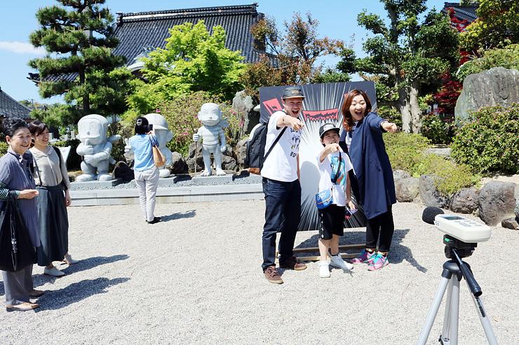 「ドーン・ドン」の決めぜりふで大声を競う参加者=氷見市丸の内の光禅寺