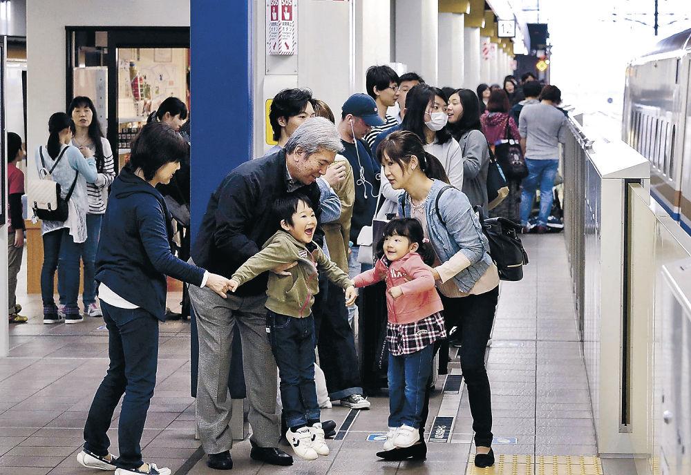 北陸新幹線を待ちながら別れを惜しむ乗客=金沢駅