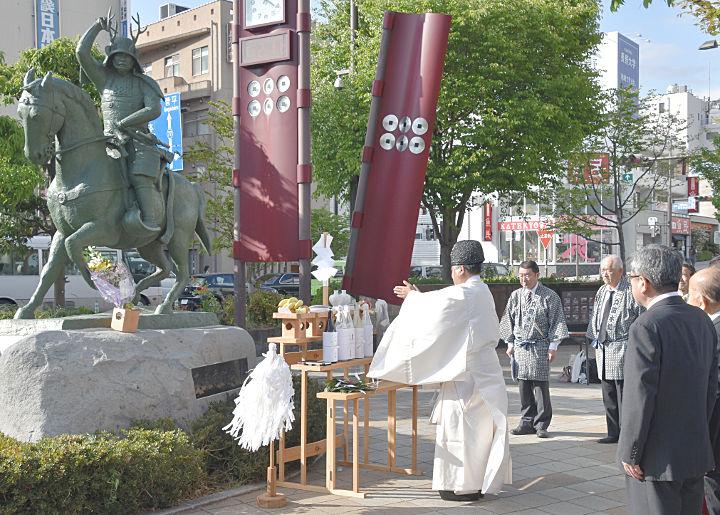真田幸村公像の前で行った供養と感謝祭